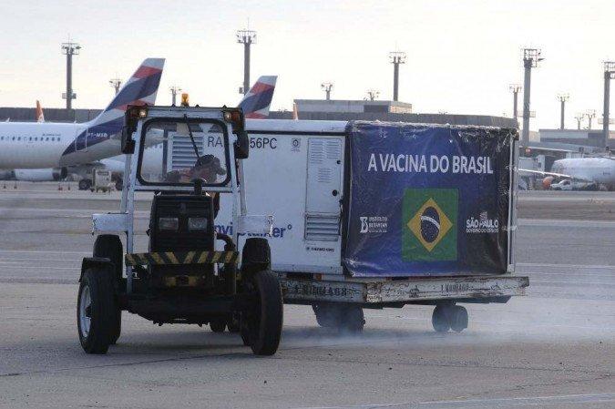 (Próxima remessa de insumos necessários para a produção do imunizante, que segue parada desde a última sexta-feira (18), deve chegar ao Brasil neste sábado (26). Foto: Governo do estado de São Paulo/Divulgação)