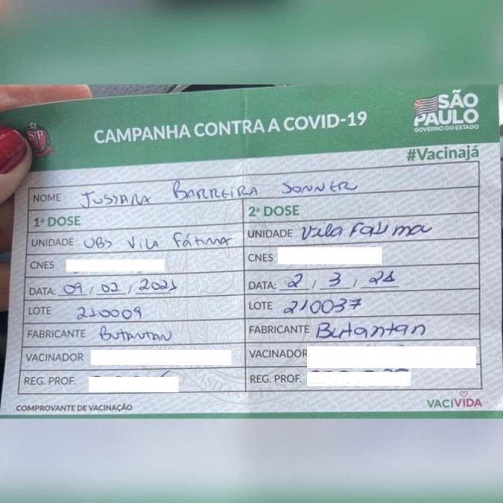 (Cartão de vacina da primeira imunização, entre fevereiro e março deste ano. A veterinária recebeu o imunizante CoronaVac, o qual ela desconfiava ser falso.  Foto: Reprodução/Instagram @brasilfedecovid)