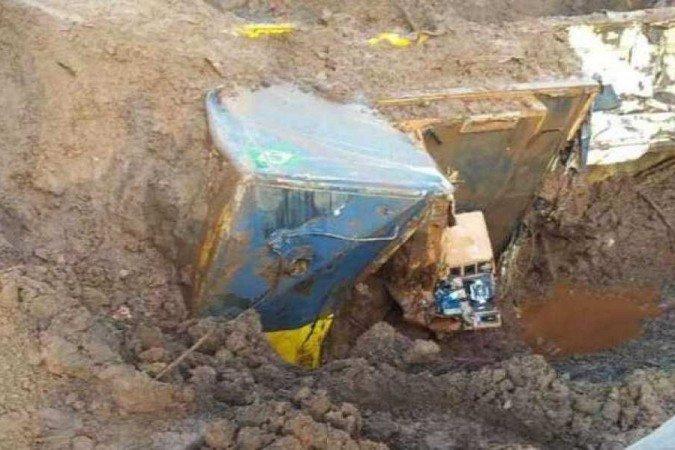 Estrutura estava sob uma profundidade aproximada de 15 metros (Foto: Divulgação/Corpo de Bombeiros)