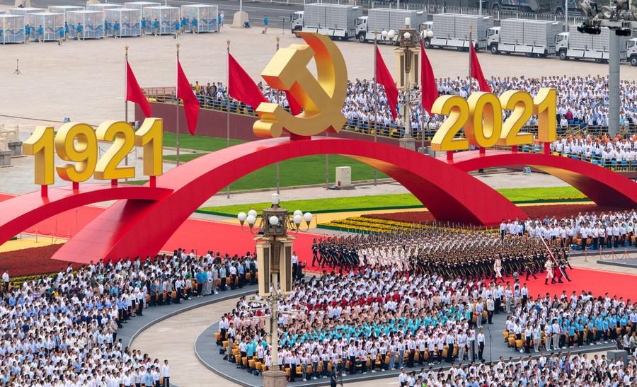 Mais de 70 mil pessoas aplaudindo com entusiasmo lotaram a praça pública, com bandeiras vermelhas e uma grande instalação de emblema do Partido ( Foto: Xinhua/ Divulgação)