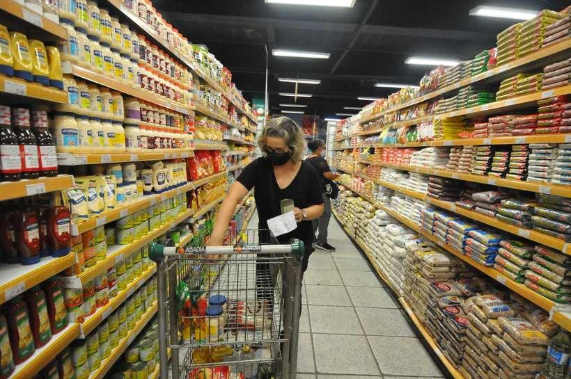 (A maioria (86%) dos consumidores disse notar a diferença no valor dos alimentos e bebidas. Foto: Alexandre Guzanshe/EM/DA PRESS)
