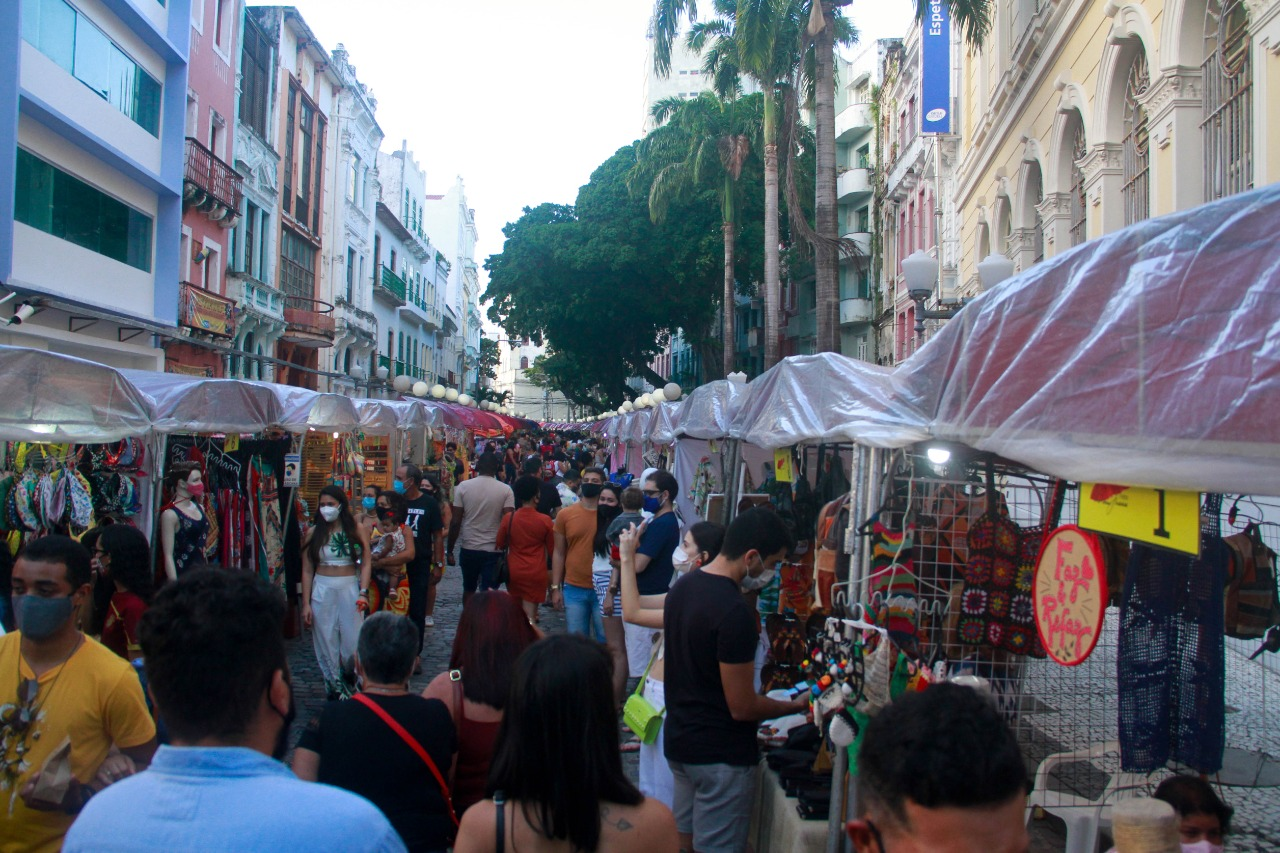 Feira de artesanato da Rua do Bom Jesus registrou grande número de frequentadores. (Foto: Rômulo Chico/Esp DP Foto)