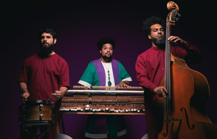 Amaro Freitas Ladeado por Hugo Medeiros (bateria) e Jean Elton (baixo). (Foto: Jão Vicente/Divulgação)