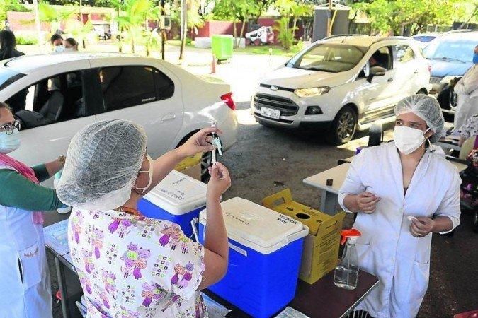 Alguns estados têm ampliado a faixa etária de vacinação, como é o caso de São Paulo, que ontem anunciou a antecipação da vacinação dos adultos com 18 anos ou mais (Foto: Marcelo Ferreira/CB/D.A Press)