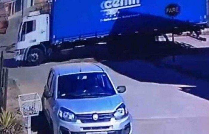 Motorista alega que não viu nada pelo retrovisor e que parou ao perceber que teria passado por cima de algo  (crédito: CBMMG)