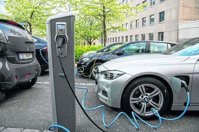 (Veículo é carregado em rua da Noruega: testes de bateria reciclada com nova tecnologia mostram que eficiência não muda. Foto: Jonathan Nackstrand/AFP)