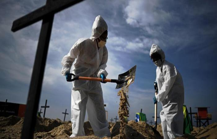 (Segundo o Ministério da Saúde, foram registrados, nas últimas 24 horas, 595 novos óbitos causados pela doença no país. Foto: Carl de Souza/AFP )