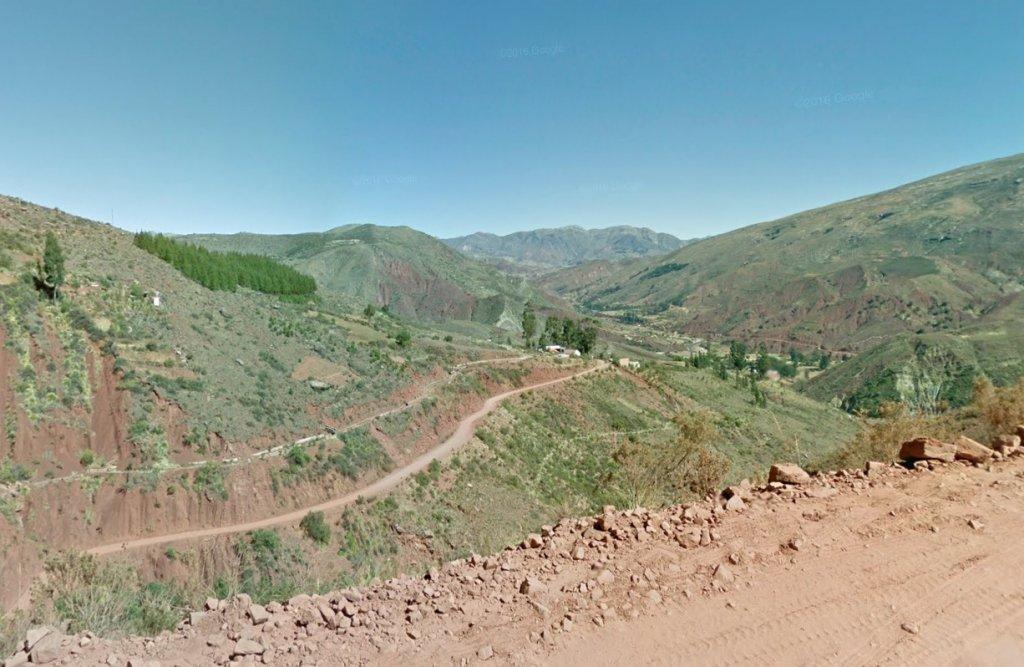 (Pelo menos 24 pessoas morreram após ônibus despencar de altura de 150 metros na Bolívia. Foto: Reprodução/Google Street Views )