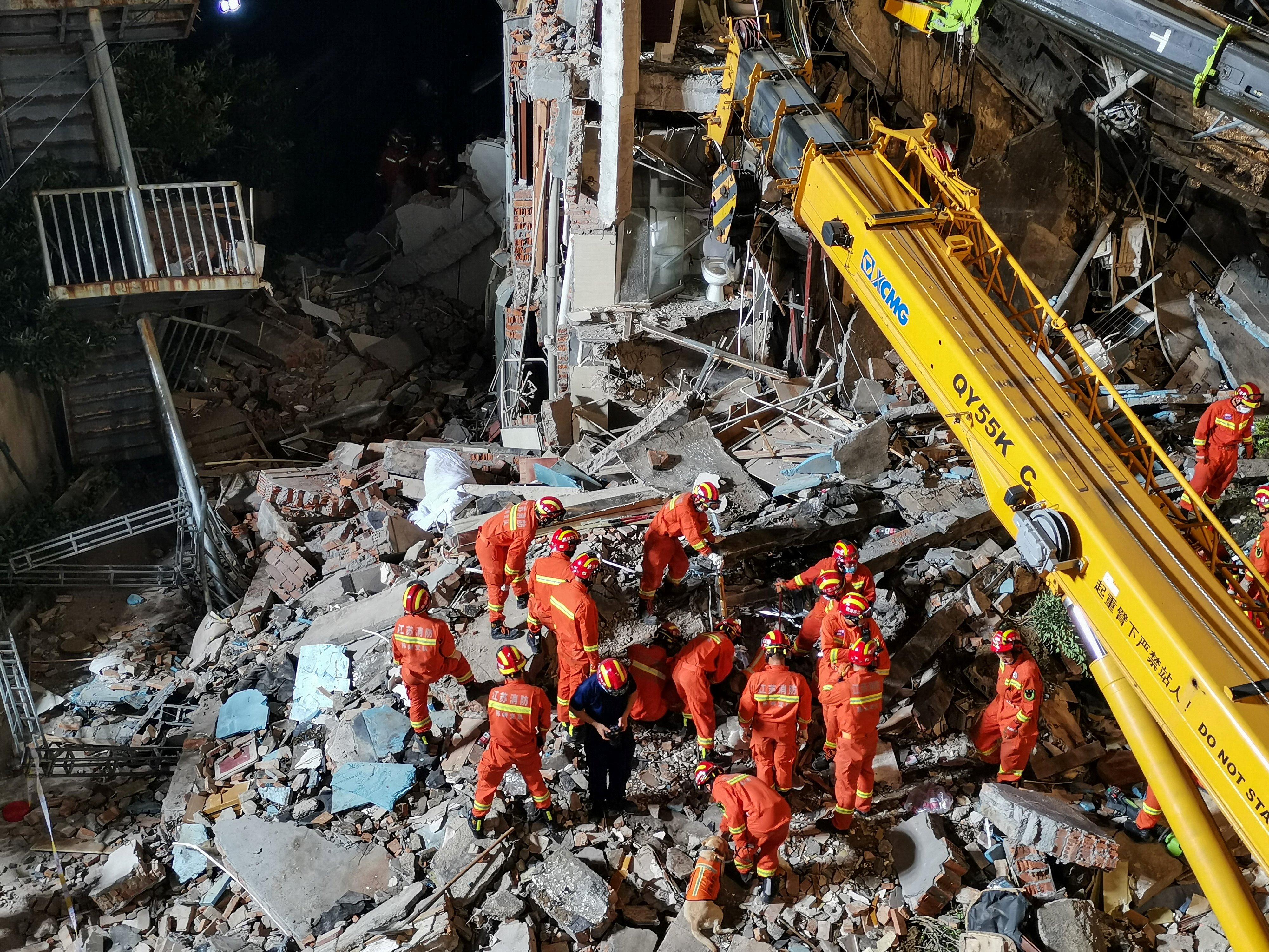 Mais de 500 bombeiros se deslocaram até o local do desastre para realizar as operações de resgate (Foto: CNS / AFP)