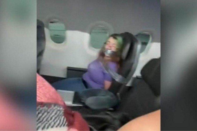 (De acordo com uma passageira, foram necessários cinco comissários para conter a mulher. Agora, ela está proibida de viajar pela American Airlines. Foto: Reprodução/Tiktok)