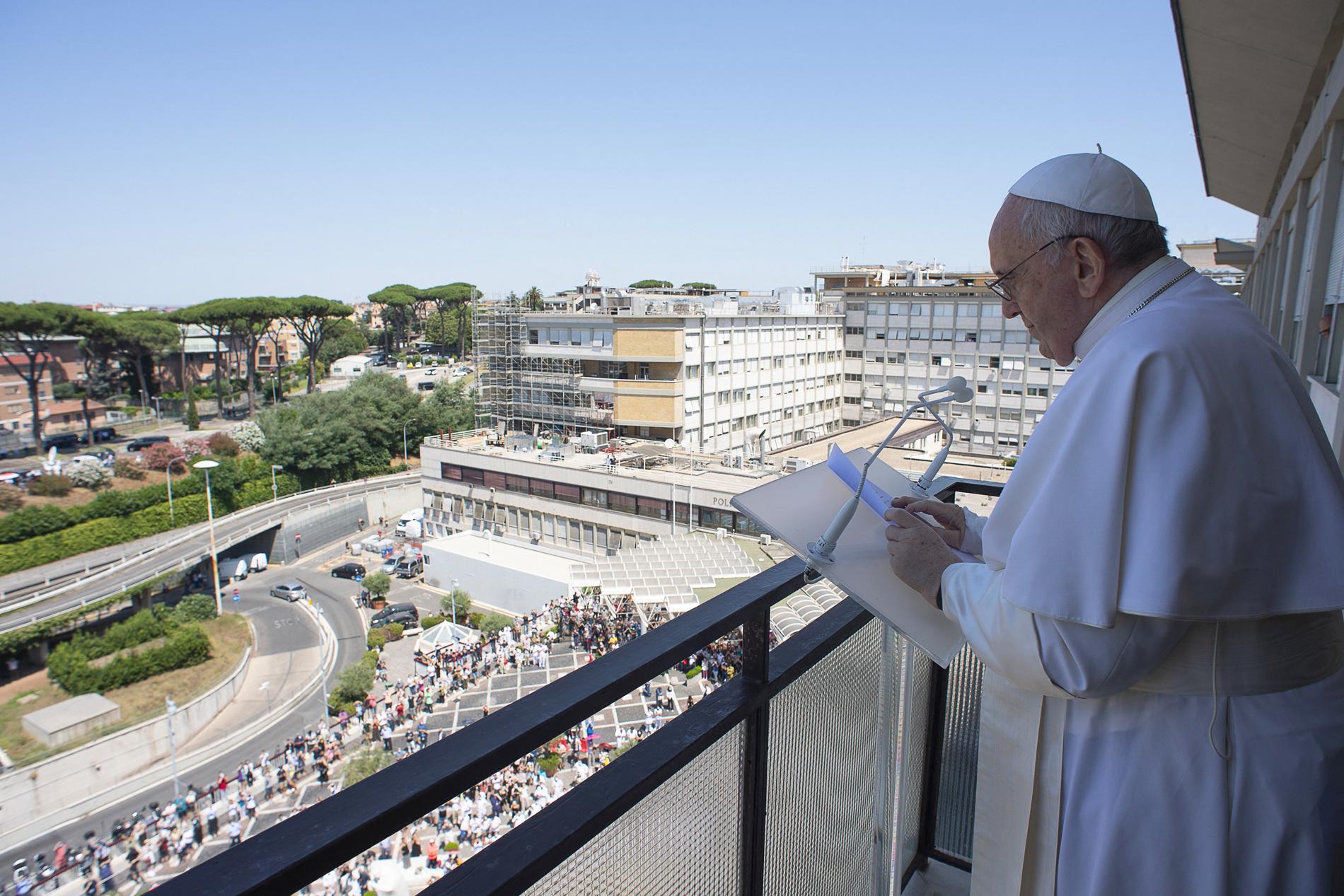 Papa Francisco falou aos fiéis da varanda do seu quarto no Hospital Gemelli no último domingo (Foto: AFP PHOTO / VATICAN MEDIA)