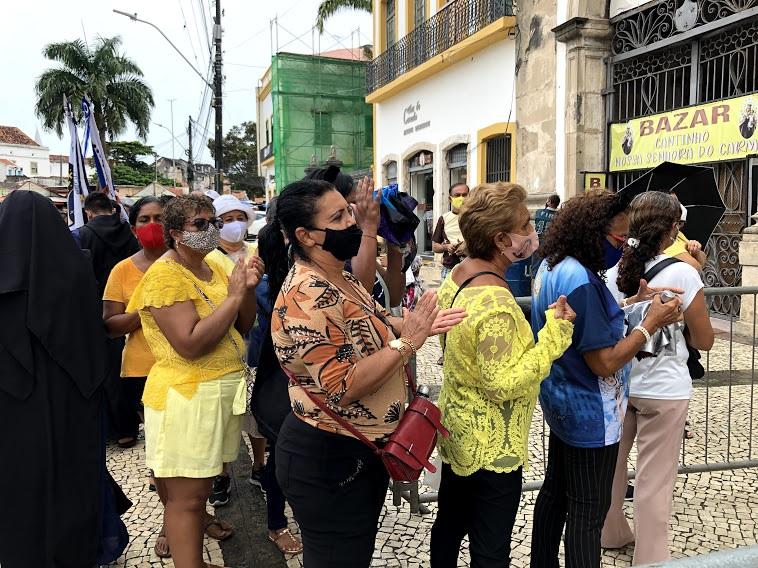 Ao centro, Rose Nascimento, moradora de Jaboatão agradece por se recuperar da Covid-19. (Fabson Gabriel/Esp. DP Foto)