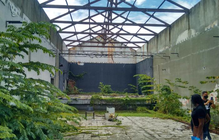 Sem teto, parte interna do Teatro foi tomada pela vegetação (Foto: Vinícius Coutinho/Divulgação)