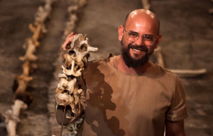 O uso de ossos como matéria-prima é algo recorrente no trabalho do artista (Foto: Divulgação)