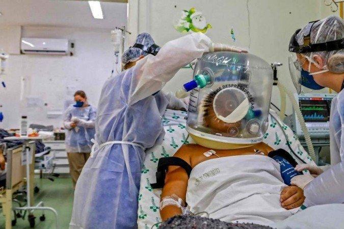 (O registro de semanas epidemiológicas, que contam o número de contaminados e mortos pela doença a cada sete dias, tem apresentado queda. Foto: SILVIO AVILA/AFP)