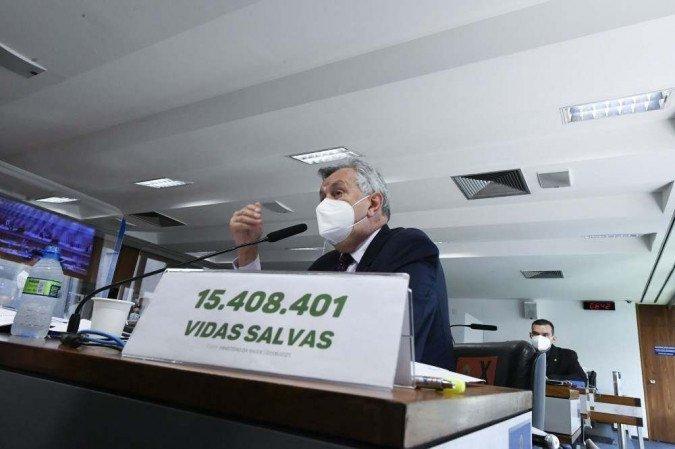 (Senador coloca sobre a mesa a quantidade de pessoas que se recuperaram da doença. Foto: Edilson Rodrigues/Agência Senado)