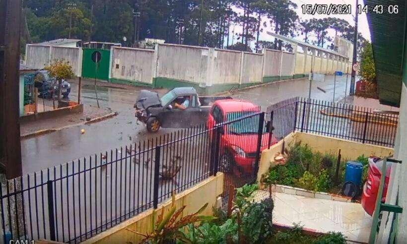(O muro de uma casa amarela, de esquina, foi avariado duas vezes somente neste mês de julho, por causa das colisões de trânsito. Foto: Reprodução/Redes Sociais)