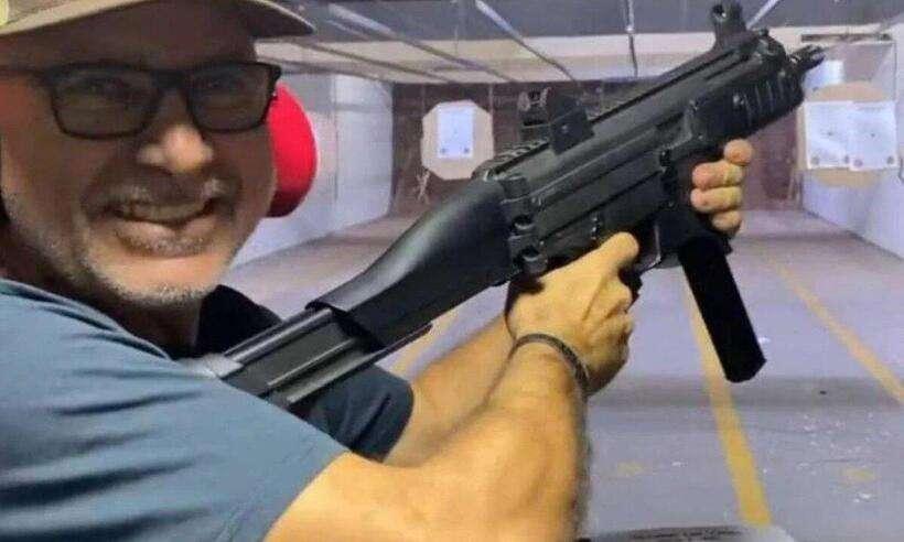 (Fábricio Queiroz testou diversas armas durante prática de tiro ao alvo. Foto: Redes Sociais/Reprodução)