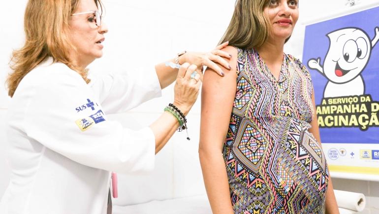 No dia agendado para tomar a vacina, a mulher deve apresentar a documentação comprobatória para a sua condição. (Secretaria Municipal de Saúde do Recife/Arquivo/Reprodução)
