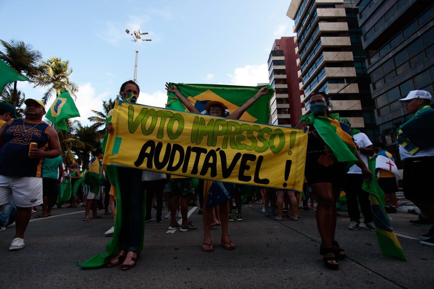Os apoiadores fazem discursos nos carros de som, repetindo argumentos do presidente Jair Bolsonaro e exibem cartazes contra a urna eletrônica. ( Arnaldo Sete (@arnaldosete) / DP Foto)