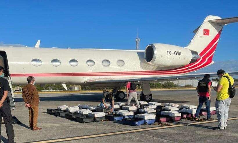 (As 24 malas que armazenavam os 1.304 kg de cocaína na aeronave Turca. Foto: Divulgação/PF)