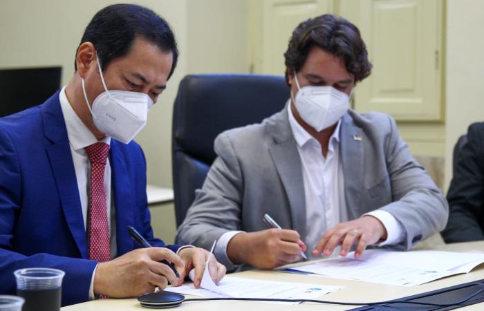 Chen Weihua e Lucas Ramos durante assinatura da cooperação (Foto: Sandy James/Esp. DP FOTO)