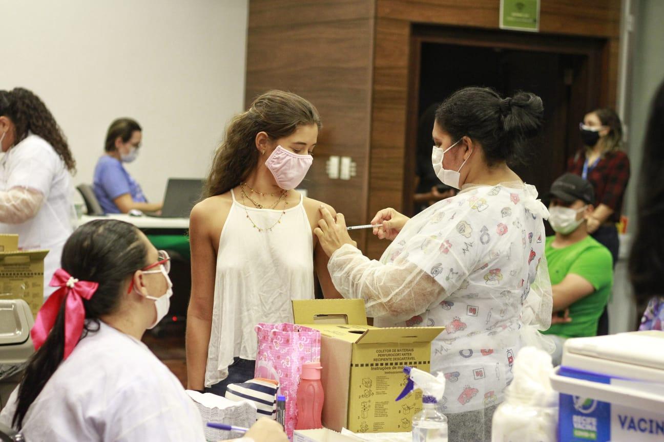 Isabella tomou a primeira dose hoje e seu irmão gêmeo tomará amanhã no mesmo posto de vacinação.  (Foto: Romulo Chico/ Esp DP foto)
