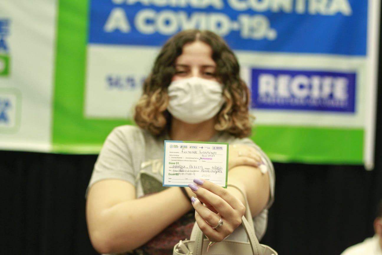Fernanda estava ansiosa para ser vacinada a tempo de visitar sua irmã na Inglaterra. (Foto: Romulo Chico/ Esp DP foto)