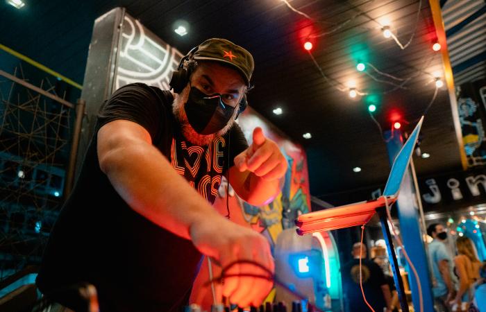 DJ PatrickTor4 se apresenta em cervejaria de Casa Forte aos sábados (Foto: Gustavo Vasconcelos/Divulgação)
