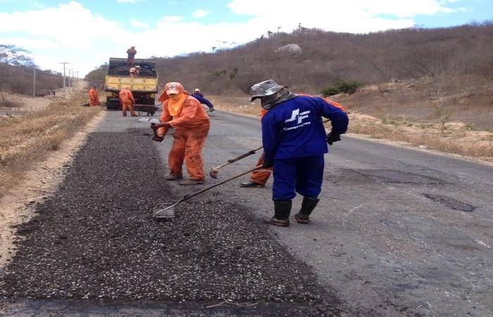 Foto ilustrativa de uma ação tapa-buraco realizada anteriormente na rodovia PE-145. A nova iniciativa faz parte do Programa Caminhos de Pernambuco e tem investimento previsto de R milhões. (Reprodução)