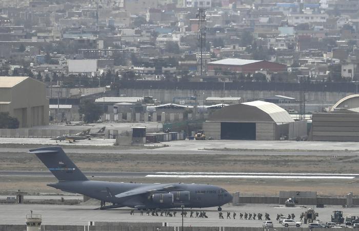 (Aeronaves militares dos EUA aguardam para decolar do aeroporto de Cabul. Foto: Aamir QURESHI / AFP)