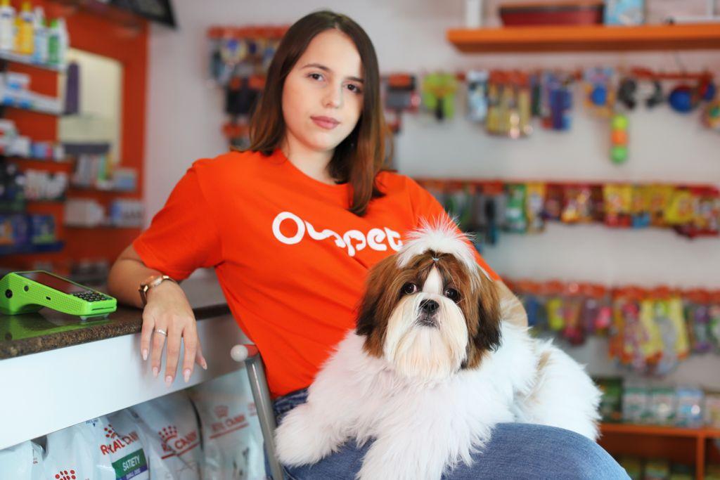 Diane Moura com o dog Oreo, na Cia dos Bichos (Casa Forte), um dos pets shop cadastrados na plataforma (Foto: Melhor Comunicação/Divulgação)