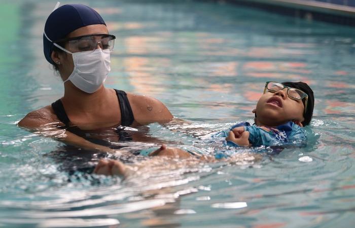 Mesmo na água, as terapeutas utilizam máscara de proteção. (Foto: Arnaldo Sete/ DP)