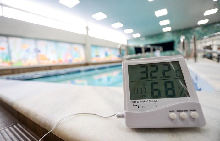 O aparelho confere a temperatura da água. (Foto: Arnaldo Sete/ DP)