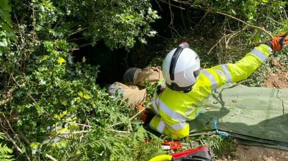 A equipe de resgate chegou rapidamente, mas levou cerca de duas horas para levar a mulher até o dique (Foto: Polícia de Bodmin/Reprodução)
