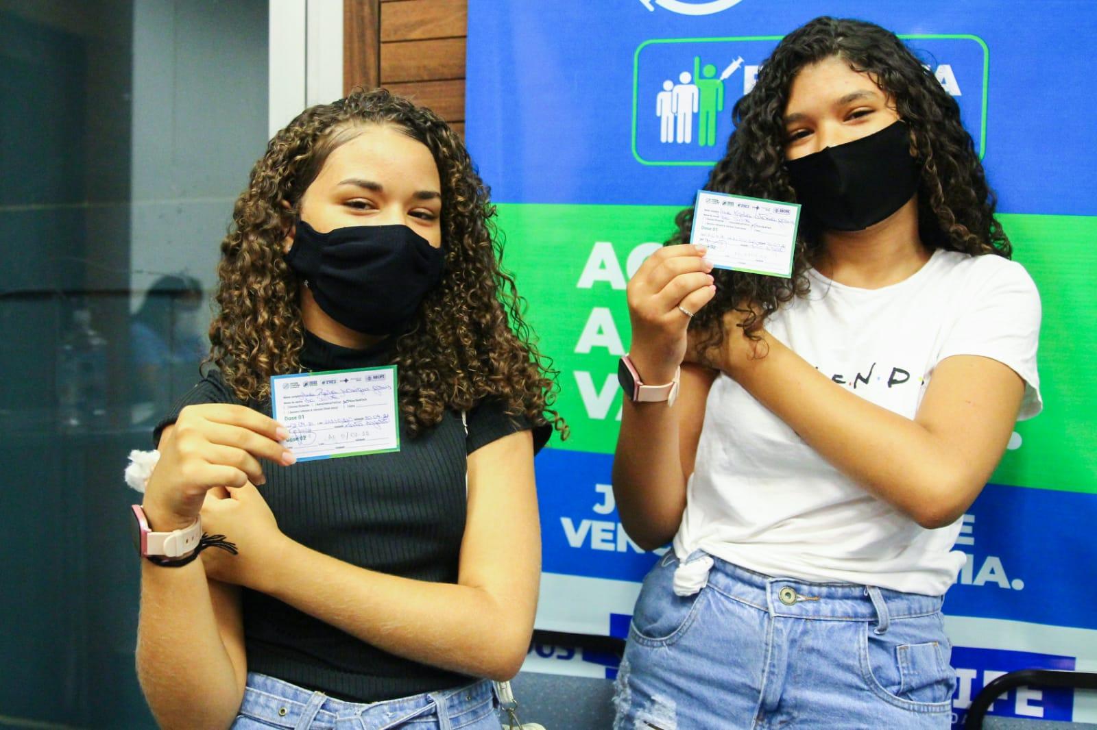 Ana Karla, 13 anos, e Ana Paula, 12 anos, receberam a 1ª dose do imunizante tipo Pfizer contra a Covid-19, no Porto Digital, na Rua do Apolo, nº 235, no Bairro do Recife. (Sandy James/Especial DP)