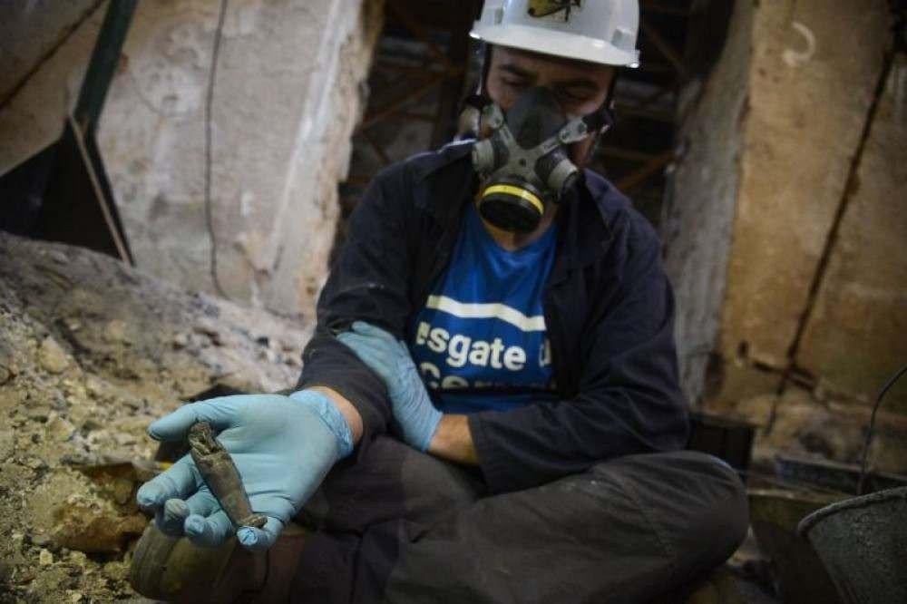 Um ano depois, os restos do acervo ainda eram achados pelo local (Foto: Fernando Frazão/Agencia Brasil)
