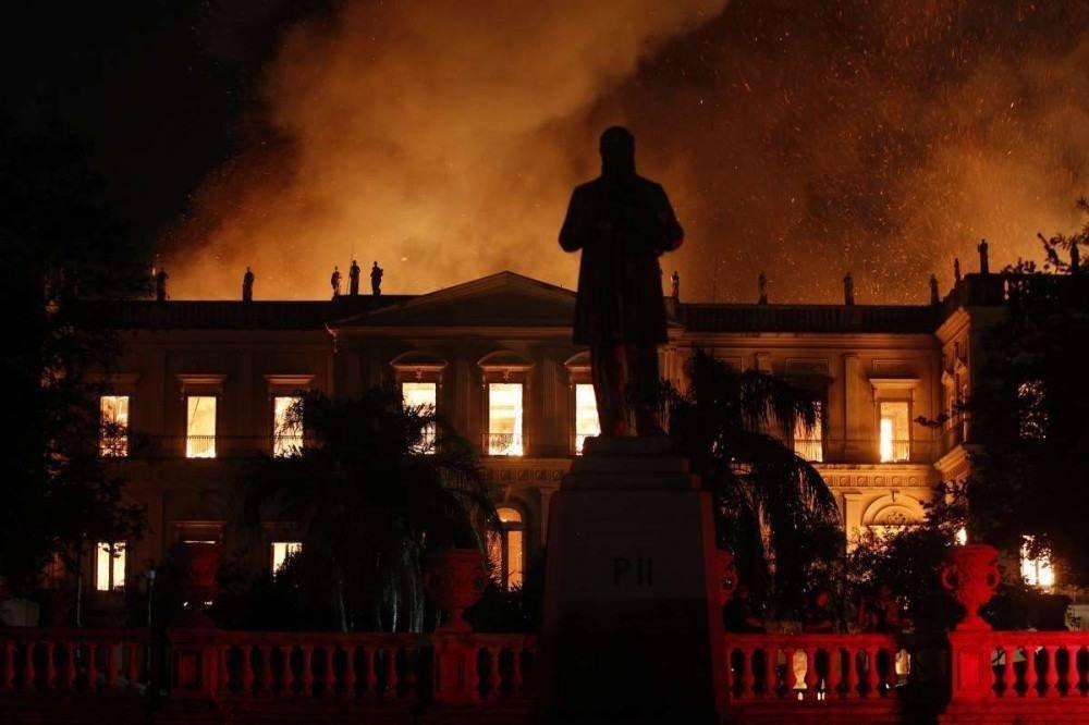 Bombeiros lutaram por horas seguidas para conter o fogo (Foto: Alexandre Brum)