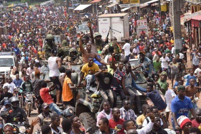 Os golpistas prometeram um período de transição, ao estilo do vizinho Mali. Ao mesmo tempo, no entanto, anunciaram um toque de recolher e fecharam as fronteiras aéreas e terrestres. (Foto: CELLOU BINANI/AFP)