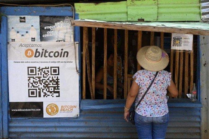 """Sete em cada 10 salvadorenhos indicaram que """"discordam ou discordam veementemente"""" do bitcoin, que circulará ao lado do dólar (Foto: Marvin Recinos/AFP)"""