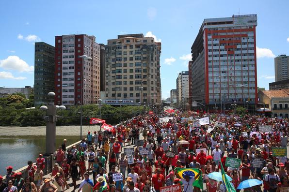 Registro da manifestação de 2016. Este ano a concentração começa a partir das 10h, na Praça do Derby. (Teresa Maia/Arquivo DP)