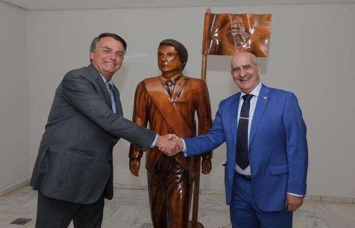 Bolsonaro e ministro-chefe da Secretaria-geral da Presidência da República, Luiz Ramos, posaram em frente à estátua  (Foto: Reprodução/Twitter)