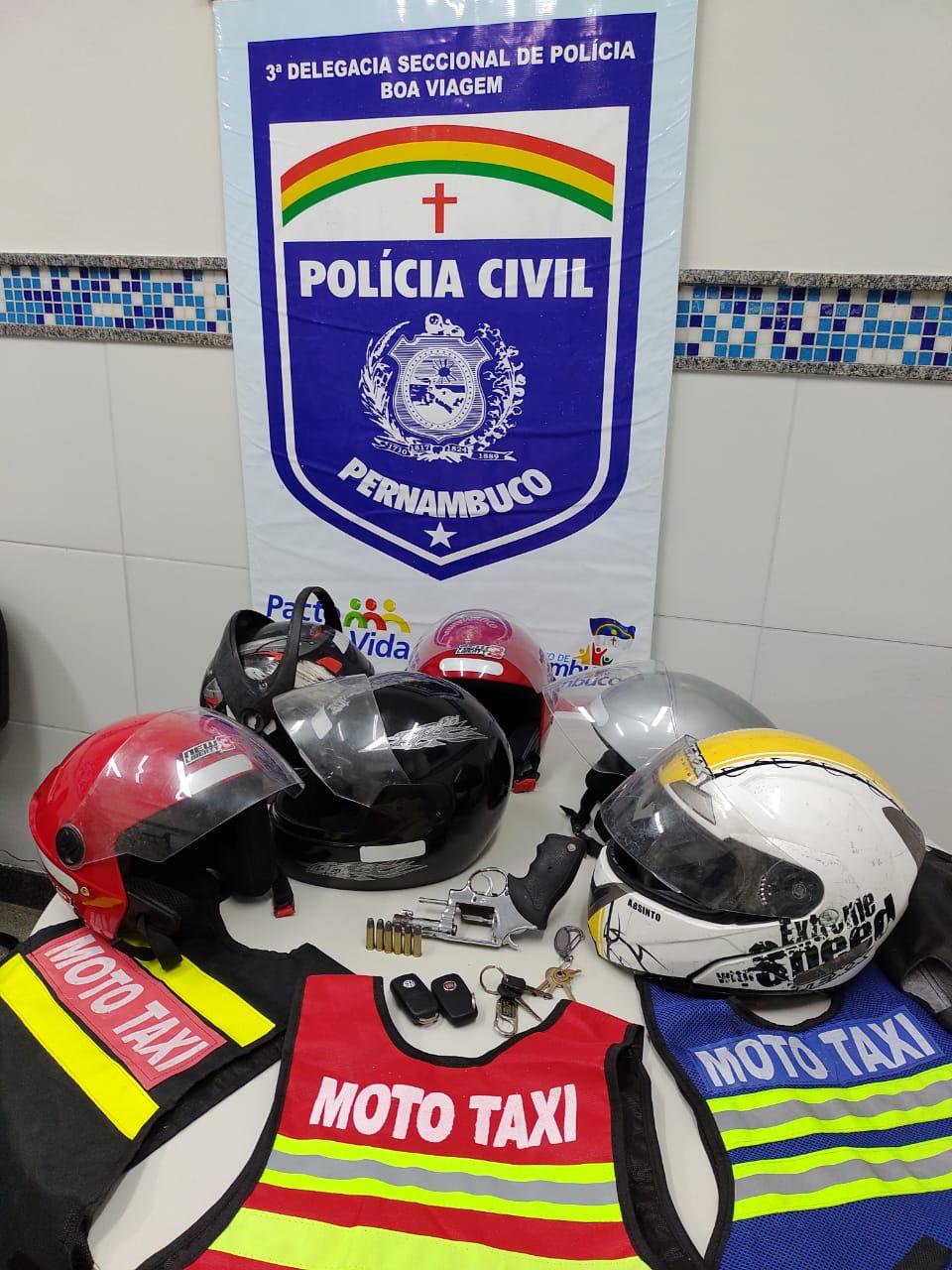 Materiais apreendidos pela polícia na casa onde os suspeitos eram abrigados, no Ibura (Foto: Divulgação/PCPE)