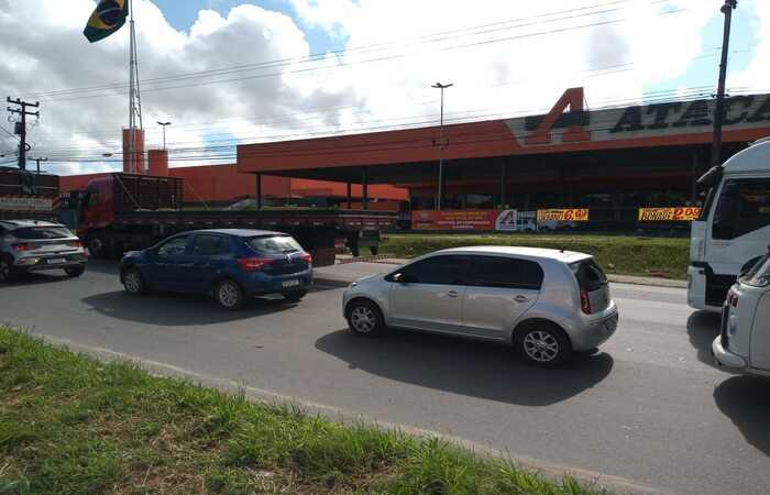 (Retirada de caminhoneiros causou congestionamento na manhã desta quinta-feira (9), na Avenida Barão de Vera Cruz, em Igarassu Foto: Júlia Rodrigues/Esp.DP)