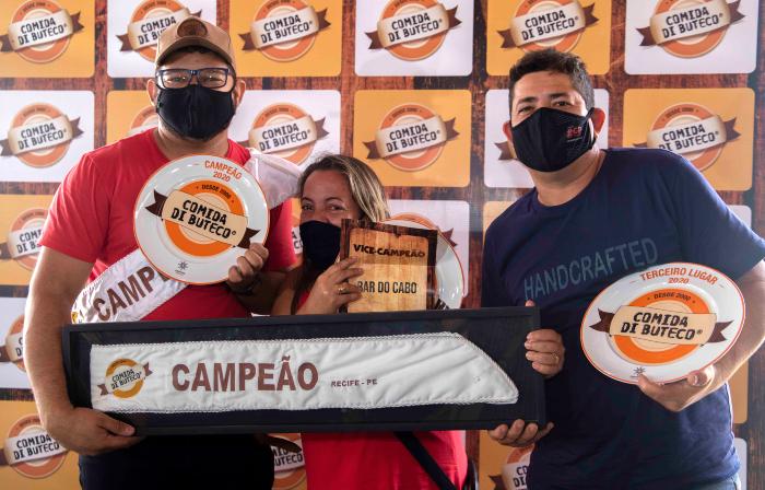 Rafael Costa, do Esquina do Malte (1º), Nathália Oliveira, do Bar do Cabo (2º), e André Tavares, do  Andrews Bar (3º) (Foto: Costa Neto/Divulgação)