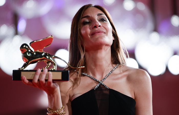 A franco-libanesa Audrey Diwan é a sexta mulher a receber o maior prêmio do Festival de Veneza (Foto: Filippo Monteforte/AFP)