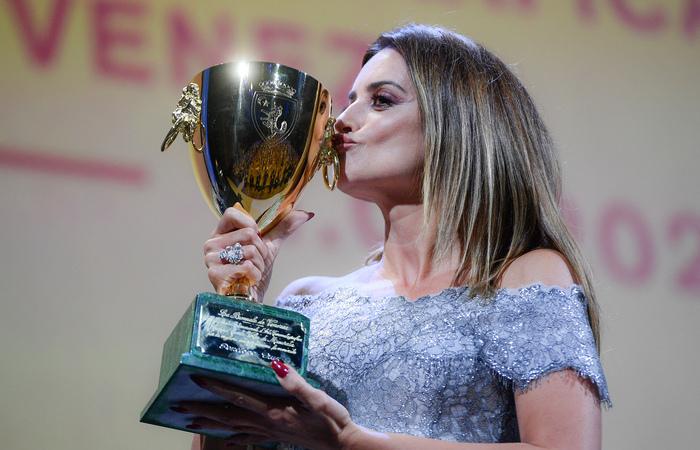 Conhecida por suas parcerias com o diretor Almodóvar, Penélope Cruz conquistou o prêmio de melhor atriz por 'Madres Paralelas' (Foto: Filippo Monteforte/AFP)