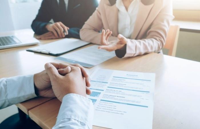 De acordo com o IEL-PE, a depender do cargo, as vagas contam com benefícios e comissões (Freepik/Reprodução)