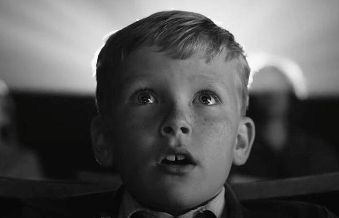 Em tom levemente autobiográfico, o diretor aborda o conflito na Irlanda do Norte pelos olhos de uma criança (Foto: Focus Features/Reprodução)