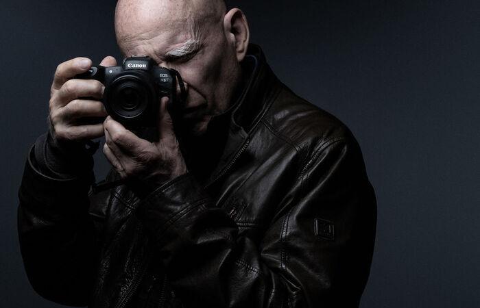 O fotógrafo franco-brasileiro é conhecido por suas fotos em preto e branco de alto contraste (Foto: Joel Saged/AFP)